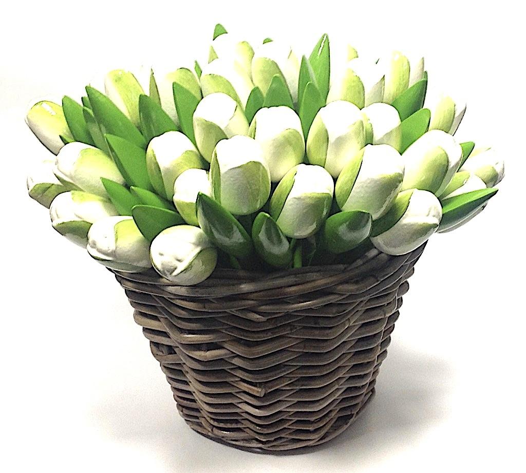 Houten tulpen in een rieten mand