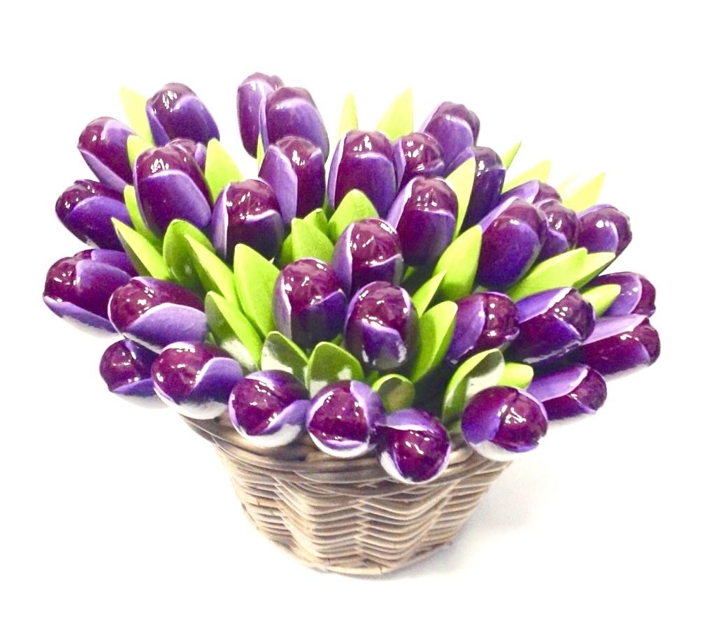 Hölzerne Tulpen in einem Weidenkorb