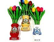 Houten tulpen in een houten vaasje