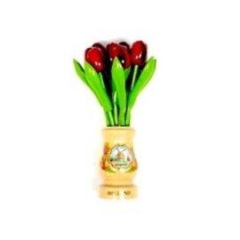 rode houten tulpen in een transparant houten vaas