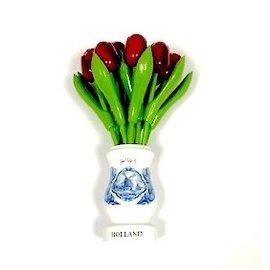 Rode houten tulpen in een wit houten vaasje