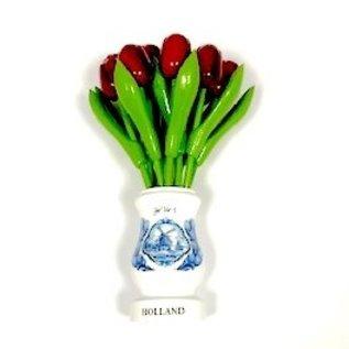 rote Tulpen aus Holz in einer weißen Vase aus Holz