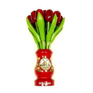 Rote Tulpen aus Holz in einer roten hölzernen Vase