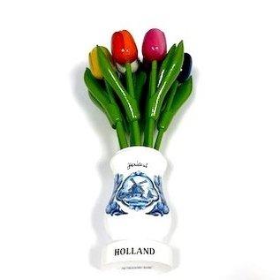 gemischte hölzerne Tulpen in einer weißen Vase aus Holz