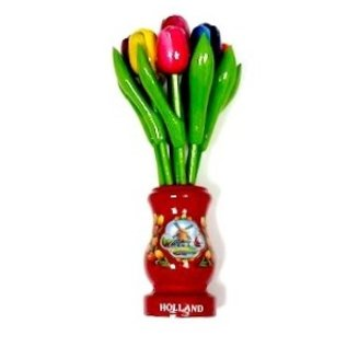 gemischte Tulpen aus Holz in einer roten Holzvase