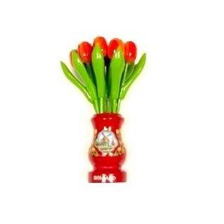 Oranje houten tulpen in een rode houten vaas