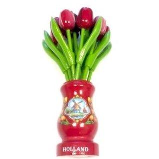 gemischte rote hölzerne Tulpen in einer roten hölzernen Vase