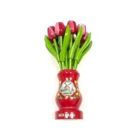 rot-weiße Tulpen aus Holz in einer roten Holzvase