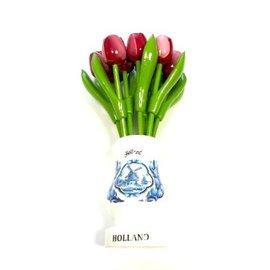 Rood-witte houten tulpen in een wit houten vaasje