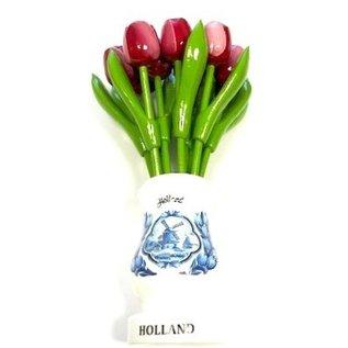 Rood-witte houten tulpen in een witte houten vaas