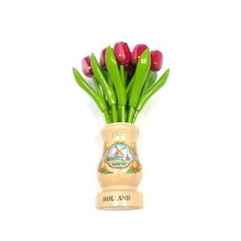 Rood-witte houten tulpen in een transparant houten vaas