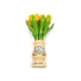 Gelbe Tulpen aus Holz in einer transparenten Holzvase