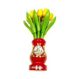 gelbe Tulpen aus Holz in einer roten hölzernen Vase
