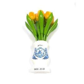 Gele houten tulpen in een witte houten vaas