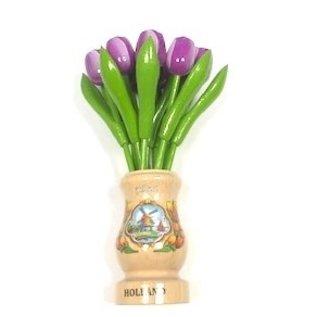 Paarse  houten tulpen in een transparant houten vaas