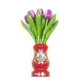 Paarse houten tulpen in een rode houten vaas