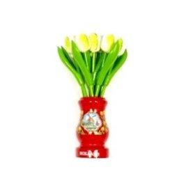 Witte houten tulpen in een rode houten vaas