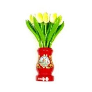 Weiße Tulpen aus Holz in einer roten Holzvase