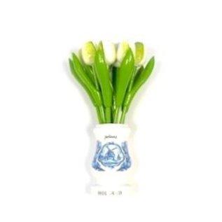 Weiße Tulpen aus Holz in einer weißen Holzvase