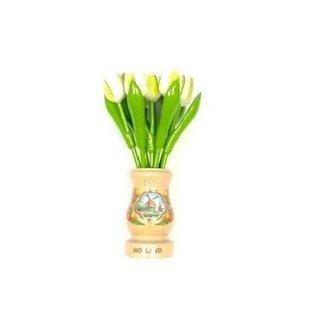 Witte houten tulpen in een transparant houten vaas