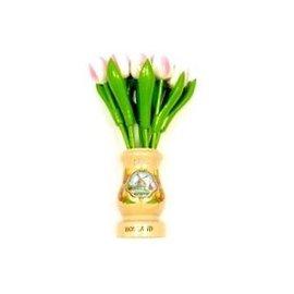 Wit-roze houten tulpen in een transparant houten vaas
