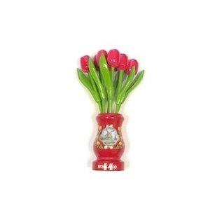 Roze houten tulpen in een rode houten vaas