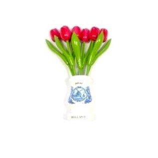 Roze houten tulpen in een witte houten vaas