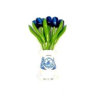 blaue Holztulpen in einer weißen Vase aus Holz