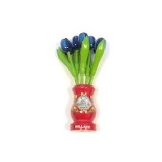 Blaue Tulpen aus Holz in einer roten Holzvase