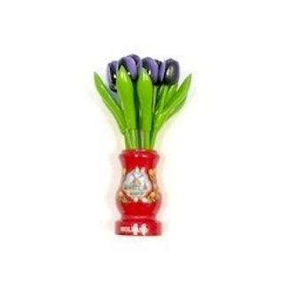 Dunkelviolette Tulpen aus Holz in einer roten Holzvase