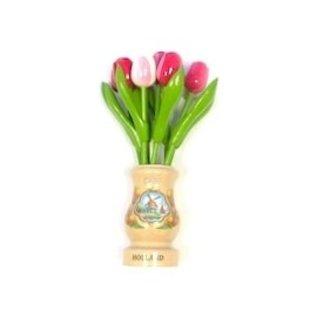 gemischte rose hölzerne Tulpen in einer transparenten hölzernen Vase