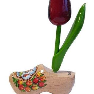 rote Tulpen aus Holz auf einem Clog