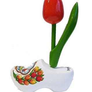 Orange Tulpen aus Holz auf einem Weiße Clog