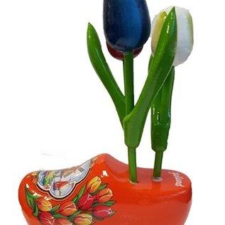 houten tulpjes op een oranje klompje