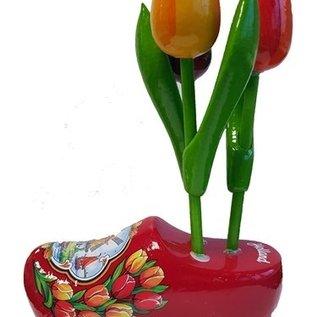 Tulpen aus Holz  auf einem roten Clog