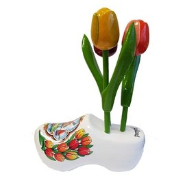 Tulpen aus Holz auf einem weißen Clog