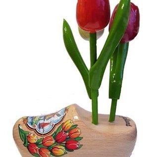 Houten tulpjes op een klomp met logo