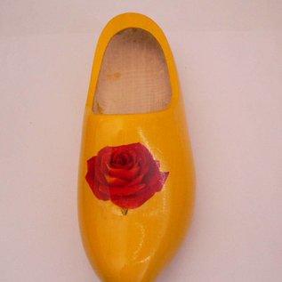 Holländische Holzschuhe als Pflanzenaufhängung ausgelegt / rose