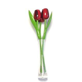 3 rode houten tulpen in een glazen vaas