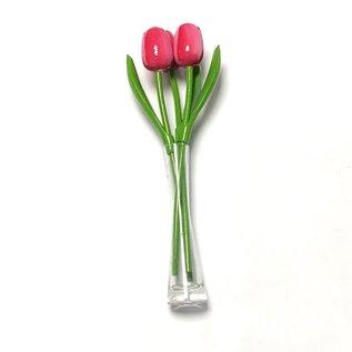 3 rosa - weiße Holztulpen in einer Glasvase