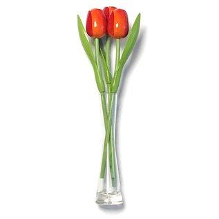 3 oranje houten tulpen in een glazen vaas