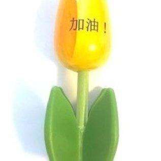 Holztulpe auf einem Tablett mit Logo in verschiedenen Farben