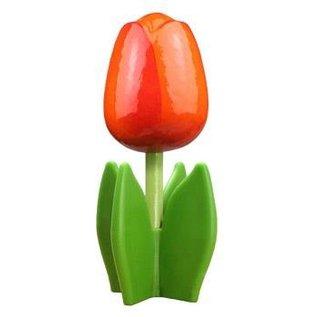 Oranje houten tulp op een blad