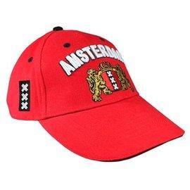 rode cap voorzien van het Amsterdam Wapen.