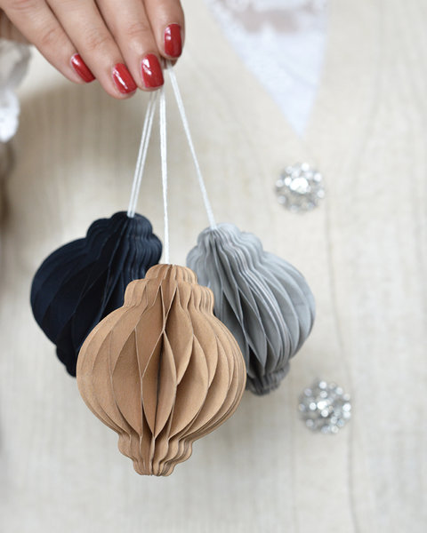 5 LIGHT GRAY PAPER ORNAMENTS WITH MAGNET CLOSURE