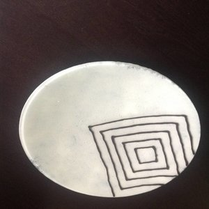 Witte schaal met decoratieve zwarte ruiten