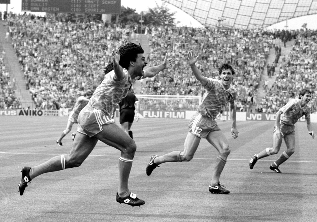 Gullit scoort in de EK-finale van 1988