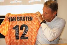 Stuur je eigen item in om te laten signeren door Marco van Basten