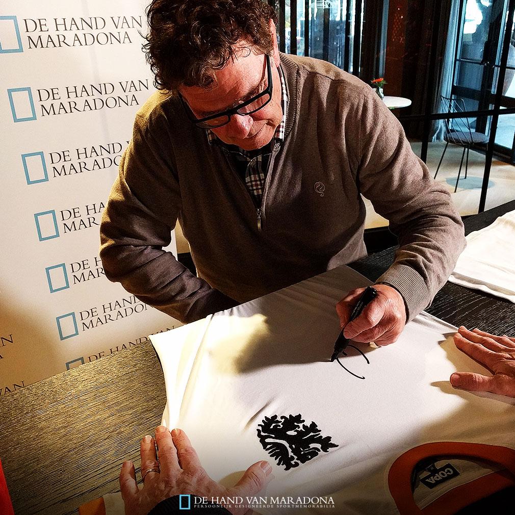 Willem van Hanegem tijdens de signeersessie