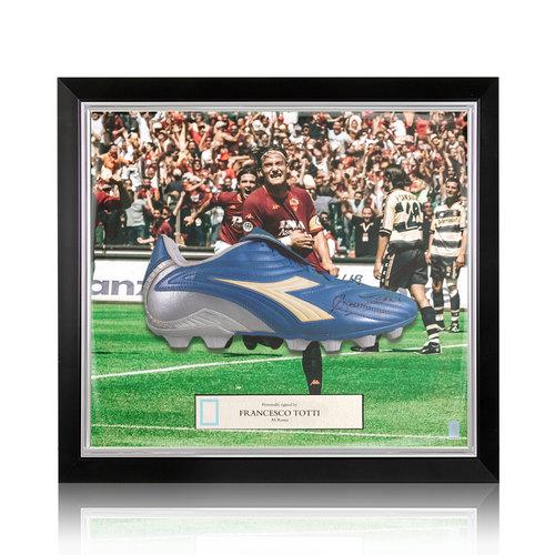 Francesco Totti gesigneerd voetbalschoen - ingelijst